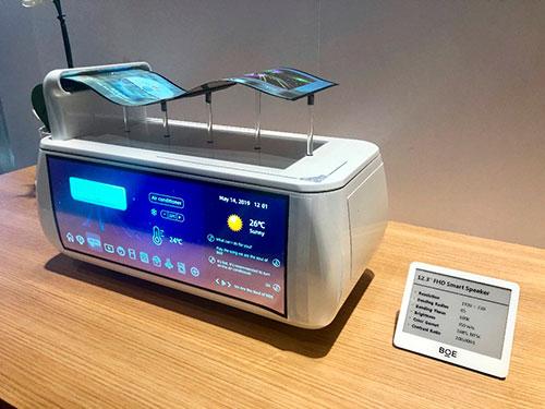 Изображение гибкого OLED-дисплея BOE, демонстрация его свойств