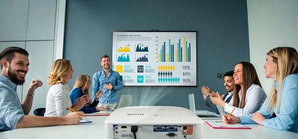 Проведение презентации с помощью мультимедийного проектора, использующегося для демонстрации презентации на большом экране